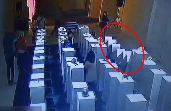 中国女留学生_中国女留学生自拍撞坏135万元艺术品 艺术家不索赔 _读特新闻客户端