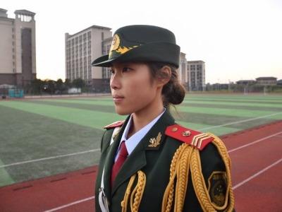 """特写:""""望向国旗,就不会迷失方向""""——一名香港女大学生的""""护旗""""故事"""