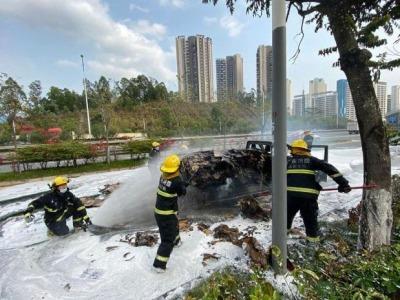 装满纸皮小货车行驶中失火,消防出动5辆消防车扑救