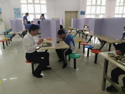 直击午餐午休:乒乓球场变身食堂,校长来陪餐,宿舍改为4人间......