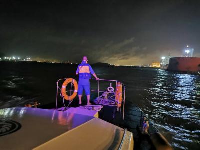 深圳妈湾码头对开水域一小艇翻沉,4人落水,3人仍在搜救中