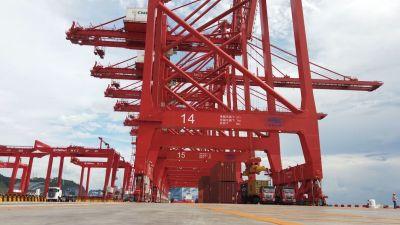 科技引领数字化港口建设,智能拖车穿梭妈湾智慧港