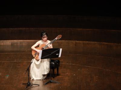 """拨弦古典新味,""""素描""""中国文化 专访国际知名古典吉他演奏家杨雪霏"""