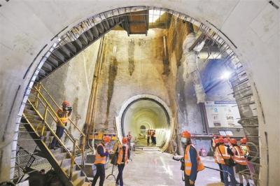 地下20米地铁建设忙