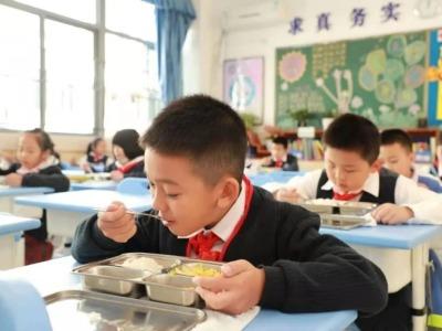 深政观察   孩子们在学校睡得香吃得好么,小政去看了看
