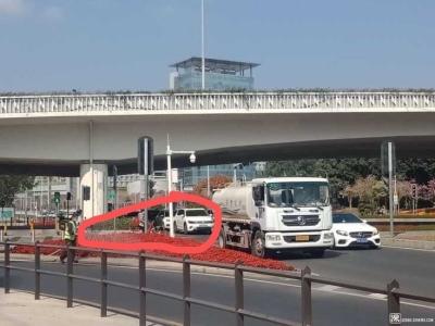 洒水车占道作业 致交通拥堵 相关部门:已要求管养单位整改