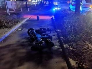 男子酒后骑行电动车撞上路中石墩 事发后头部受伤陷入昏迷