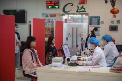 警备区杨芝春司令员到南医大检查指导女兵体检工作