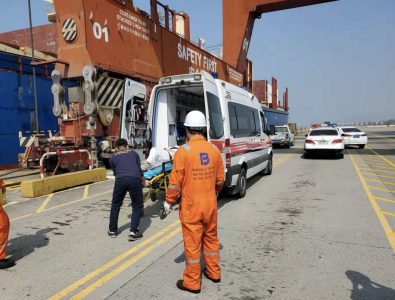 深圳大铲湾边检站紧急救助受伤中国籍船员