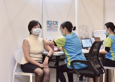 香港正式展开新冠疫苗接种计划 预约登记开放首日名额爆满