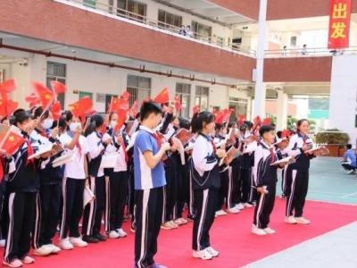 致敬边防英雄战士 东湖中学举行百人诵读快闪活动