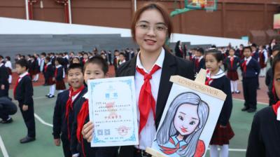 红领巾胸前飘,前海港湾小学少先队辅导员开学收获爱心漫画