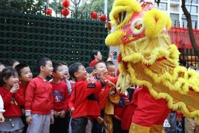 """新蕾幼儿园举办""""舞狮闹新蕾,福袋送吉祥""""主题开学仪式"""