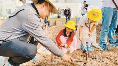 """深圳市第六幼儿园在""""春耕节""""让幼儿""""享劳动"""""""