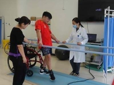 32岁小伙13年来轮椅为伴,深圳康复训练十天可拄拐行走