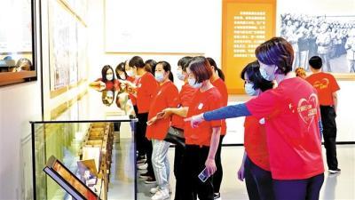 党旗红引领志愿红 松岗志愿者参观广东改革开放40周年展览