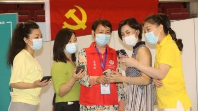 珠海退休护士组团支援疫苗接种点!老护士站岗,超安心