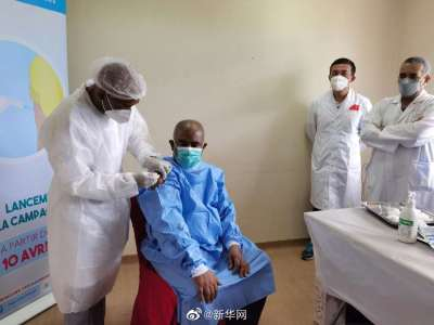 科摩罗总统阿扎利接种中国新冠疫苗