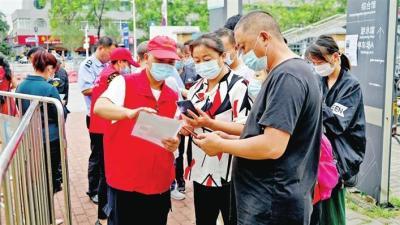 松岗街道志愿者助力推进新冠疫苗接种工作