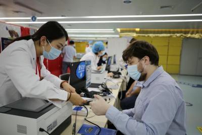 双语服务、义工引导 坪山区开展港澳同胞和外籍人士新冠病毒疫苗接种
