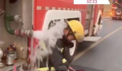 致敬!消防员救火后用余水冲身体降温