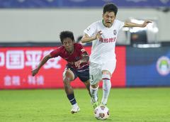 (体育)(11)足球——中超:青岛胜重庆两江竞技