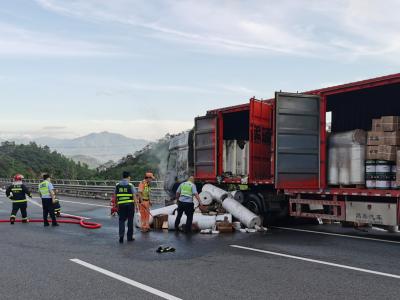 货车高速路上突然起火,38吨快递告急!潮惠路政员奋勇扑救