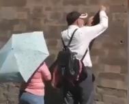 素质呢?男子用钥匙在故宫西华门城墙刻字近百米