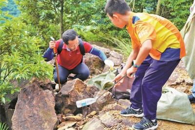 """百余志愿者在世界清洁日为梧桐山""""美颜""""时惊喜地发现山上垃圾少了"""