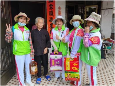 楼村社区长者志愿服务队探访高龄老人送中秋祝福