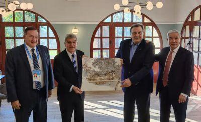 著名画家何加林画作被赠送给奥林匹克学院