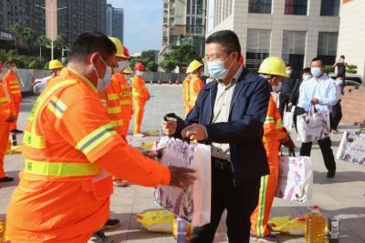 向城市美容师送关爱 龙城街道庆祝第28届环卫工人节