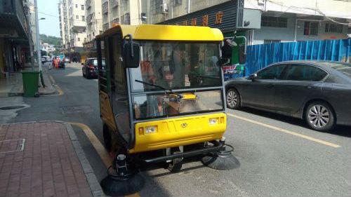 萌萌的清扫车你见过吗?龙华小街小巷里大显身手