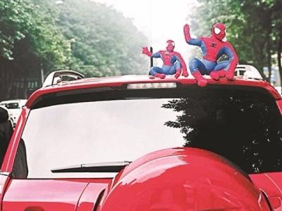 """车顶贴挂玩偶""""很拉风""""? 交警提示:有安全隐患"""