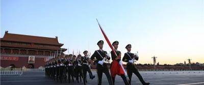 钧正平:解放军仪仗队执行升国旗任务,令人期待!