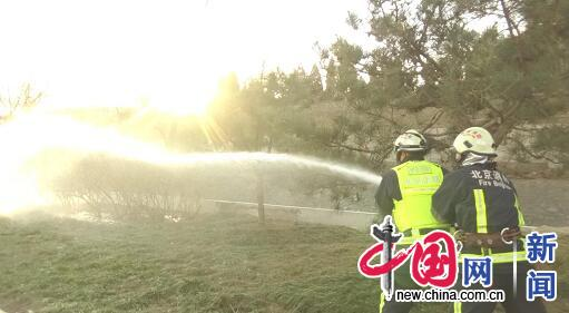 """风干物燥可燃物""""爱上火"""" 北京消防洒水增湿降危险"""