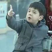 摆帅气手势、主动打招呼,小小年纪的嗯哼大王太会圈粉了!