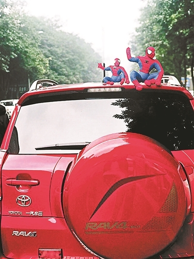 """车顶贴玩偶""""很拉风""""?或分散司机注意力易造成事故"""