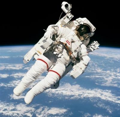 """首位""""太空漫步""""宇航员去世!那张照片成经典"""