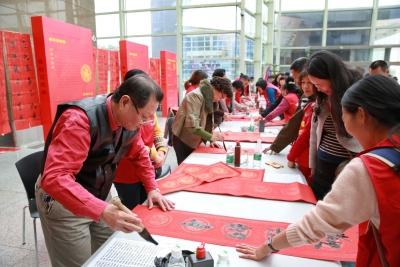做剪纸、挂灯笼,深圳图书馆举行传统中国文化年活动