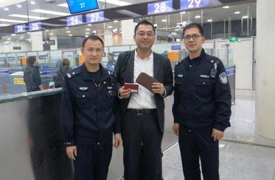 日籍旅客入境遗失钱包  边检民警急寻完璧归赵