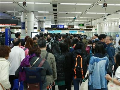 春节深圳各个口岸都很忙 出门前这个动作很重要!