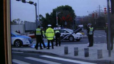 出租车失控冲上安全岛,一女子被卷入车底身亡