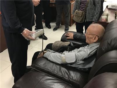 九旬老翁证件过期却执意过关去香港,原来真相是~
