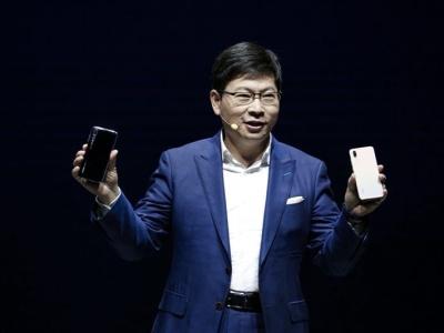 """可与单反""""扳手腕""""!全球首款AI三摄手机深圳造"""