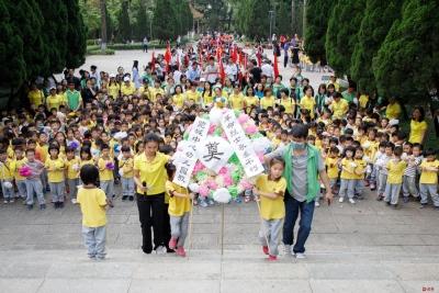 东莞学生清明祭扫献花 缅怀革命烈士