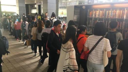不是放假了吗?深圳书城里,竟难觅一个空位?!
