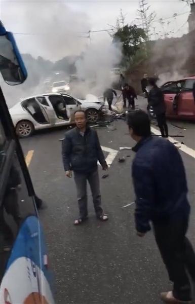 四川两车相撞:一车起火两人遇难 路过客车未借灭火器