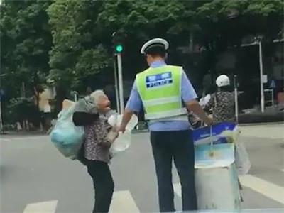 """斑马线上""""最美牵手""""!90后帅哥辅警被赞成网红"""