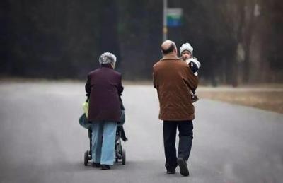 不带孙子就错了?别把老人受累当应该